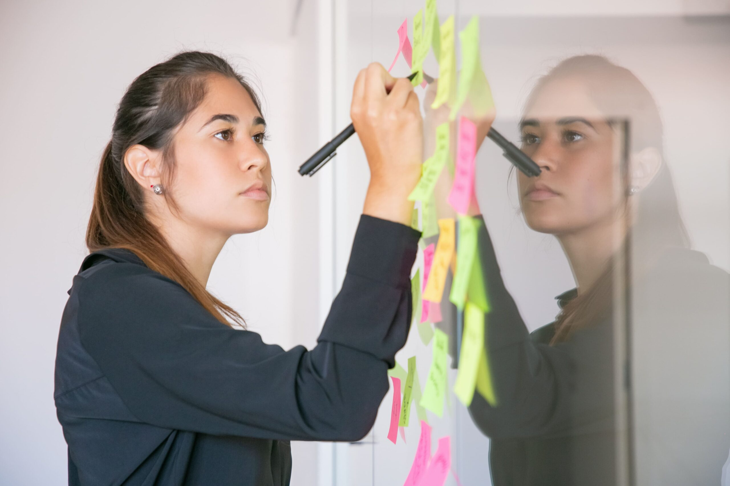 Mujer trabajando en un panel Agile